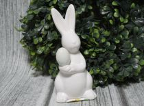 Figurka ZAJĄCZEK wielkanocny ceramiczny biały z jajkiem 17 cm
